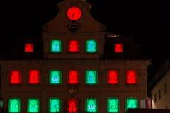 Jul som är ganska med julgarnering på en marknadsplats Royaltyfria Foton
