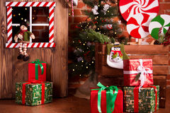 Jul som är inre med den trähuset, godisen, trädet och gåvor Inga personer bakgrundsfärger semestrar röd yellow Fotografering för Bildbyråer