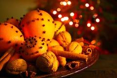 Jul som är orange med kryddnejlikor Arkivbilder
