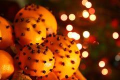 Jul som är orange med kryddnejlikor Arkivfoton