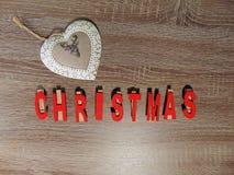 Jul som är skriftlig i rött med garnering royaltyfri foto