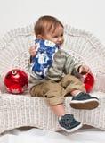 jul som öppnar den aktuella litet barn Royaltyfri Foto