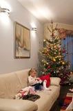 jul som öppnar presents Arkivbild