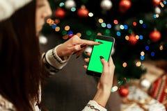 Jul som annonserar begrepp med utrymme för text Stilfull kvinna arkivbild