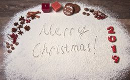 Jul som bakar bakgrund mas-kakor, nummer från pepparkakan 2019, rönnbär, anis, kanel, muttrar glad text för jul royaltyfri foto