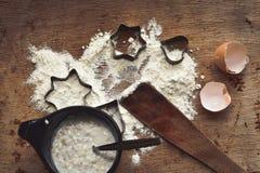 Jul som bakar bakgrund med mjöl, kakaskärare Royaltyfri Bild