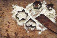 Jul som bakar bakgrund med mjöl, kakaskärare Arkivfoton