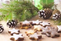 Jul som bakar - mördegskakakaka i form av en stjärna Royaltyfri Foto