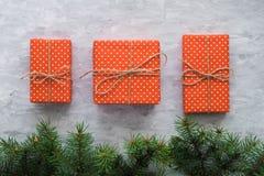 Jul som bakgrund med gran förgrena sig, gåvaaskar på, grånar den konkreta tabellen Bästa sikt, lekmanna- lägenhet Copyspace Royaltyfri Foto