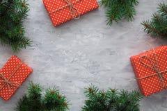 Jul som bakgrund med gran förgrena sig, gåvaaskar på, grånar den konkreta tabellen Bästa sikt, lekmanna- lägenhet Copyspace Arkivfoton