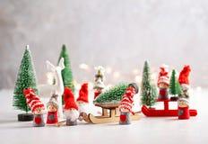 Jul som bakgrund med miniatyren leker med, vissnar platser, havet royaltyfri bild