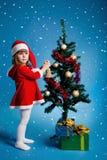jul som dekorerar den flickasanta treen Arkivbilder