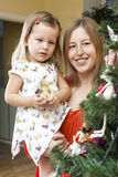 jul som dekorerar den home treen Royaltyfri Bild