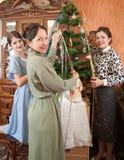 jul som dekorerar den home treen för familj Royaltyfri Foto
