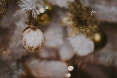 jul som dekorerar den home treen Smycka tätt upp på bakgrund av julträdet med färgrika ljus och leksaker, kopieringsutrymme för Fotografering för Bildbyråer