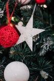 jul som dekorerar den home treen Smycka tätt upp på bakgrund av julträdet med färgrika ljus och leksaker, kopieringsutrymme för Arkivbilder