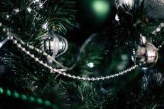 jul som dekorerar den home treen Smycka tätt upp på bakgrund av julträdet med färgrika ljus och leksaker, kopieringsutrymme för Royaltyfria Foton
