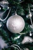 jul som dekorerar den home treen Smycka tätt upp på bakgrund av julträdet med färgrika ljus och leksaker, kopieringsutrymme för Royaltyfri Bild