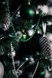 jul som dekorerar den home treen Smycka tätt upp på bakgrund av julträdet med färgrika ljus och leksaker, kopieringsutrymme för Arkivfoton