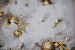jul som dekorerar den home treen Smycka tätt upp på bakgrund av julträdet med färgrika ljus och leksaker, kopieringsutrymme för Arkivbild