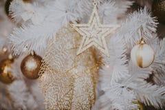 jul som dekorerar den home treen Smycka tätt upp på bakgrund av julträdet med färgrika ljus och leksaker, kopieringsutrymme för Royaltyfria Bilder