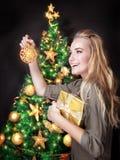 jul som dekorerar den lyckliga treen för flicka Royaltyfri Bild