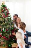 jul som dekorerar den lyckliga treen för familj Royaltyfria Bilder