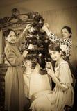 jul som dekorerar den retro treen för familjfoto Royaltyfri Bild