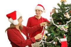 jul som dekorerar familjgyckeltreen Arkivbild