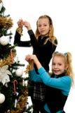 jul som dekorerar flickatree två Fotografering för Bildbyråer