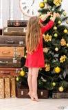 jul som dekorerar flickatreen Royaltyfri Foto