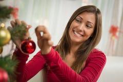 jul som dekorerar flickatreen Royaltyfria Bilder