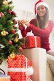 jul som dekorerar flickatreen Arkivfoto