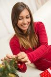 jul som dekorerar flickatreen Royaltyfri Fotografi