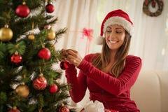 jul som dekorerar flickatreen Royaltyfria Foton