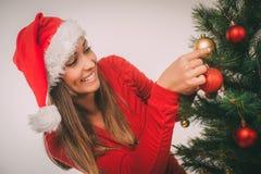 jul som dekorerar flickatreen Arkivbild