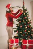 jul som dekorerar flickatreen Fotografering för Bildbyråer