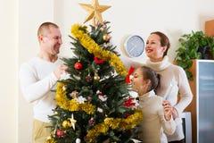 jul som dekorerar stamträd Royaltyfri Bild