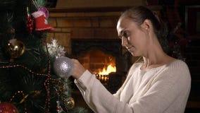 jul som dekorerar treekvinnabarn stock video