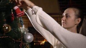 jul som dekorerar treekvinnabarn arkivfilmer