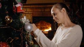 jul som dekorerar treekvinnabarn Arkivbilder