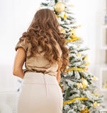 jul som dekorerar treekvinnabarn isolated rear view white Royaltyfri Fotografi