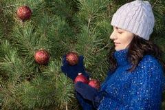 jul som dekorerar treen Royaltyfri Foto