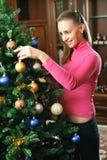 jul som dekorerar treen Arkivfoto