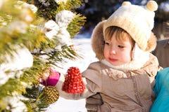 jul som dekorerar treen Arkivbild