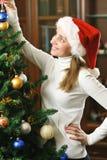 jul som dekorerar treen Royaltyfria Bilder