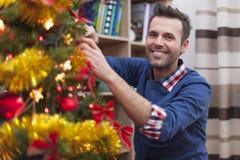 jul som dekorerar treen Arkivbilder