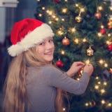 jul som dekorerar treen Royaltyfri Fotografi
