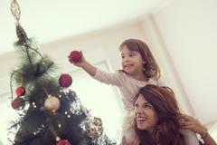 jul som dekorerar treen Arkivfoton