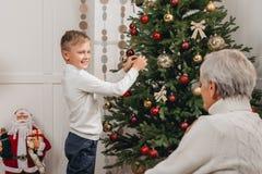 jul som dekorerar treen Fotografering för Bildbyråer